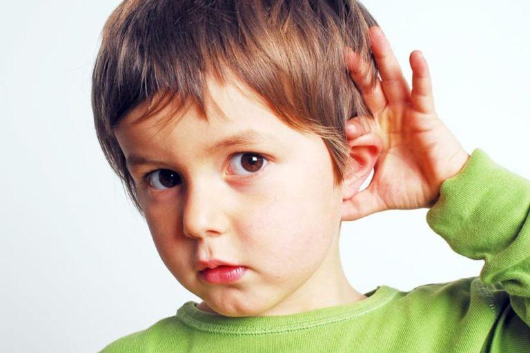 Dor no ouvido de uma criança