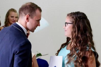 Kooli kiituskirjaga lõpetanud Lii Urb saab veel viimaseid õpetussõnu direktorilt