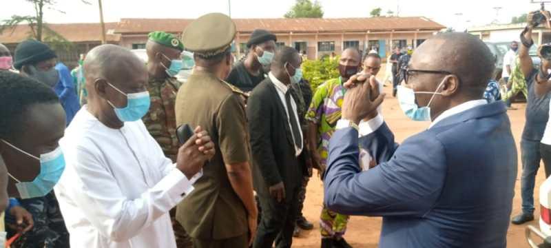 Le Maire d'Akpro-Missérété, Joseph Hounkanrin ( en blanc à gauche) accueillant le Ministre Mahougnon Cakpo au Ceg de Vakon