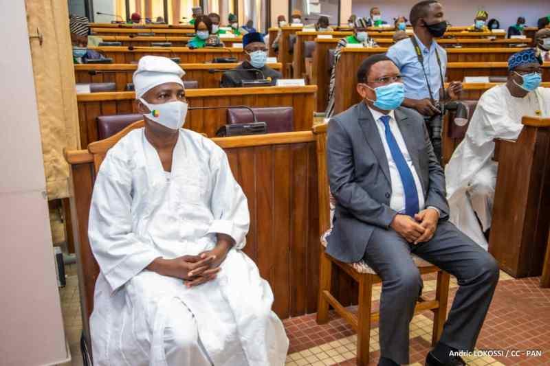 Vincent Lezinme, le SG du Médiateur de la République (à gauche en tenue traditionnelle blanche) aux cotésdu Préside,t de la Haac lors de l'ouverture de la 2ème Session ordinaire 2020 de l'Assemblée nationale
