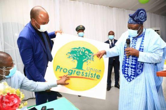 Remise d'un tableau représentant le Logo de l'Union Progressiste confectionné par des artisans de Porto-Novo à l'aide des fils et des clous
