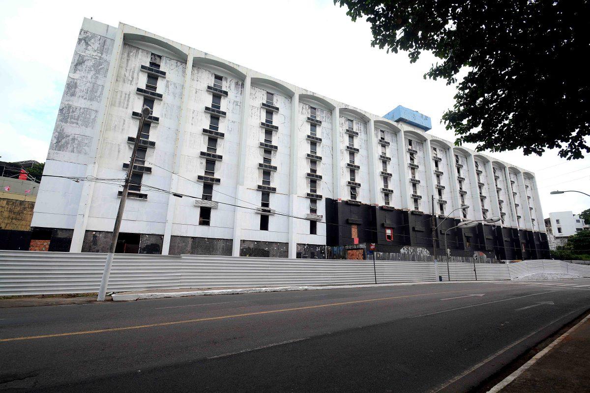 Salvador Praia Hotel começa a ser demolido nesta segunda (13)