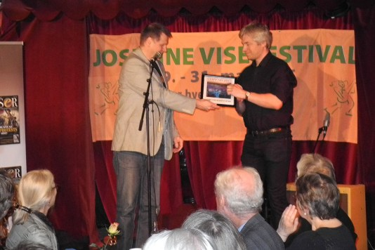 Amund Bjønness mottar stipend av Per-Arne Brunvoll fra Østnorsk Viseforum.