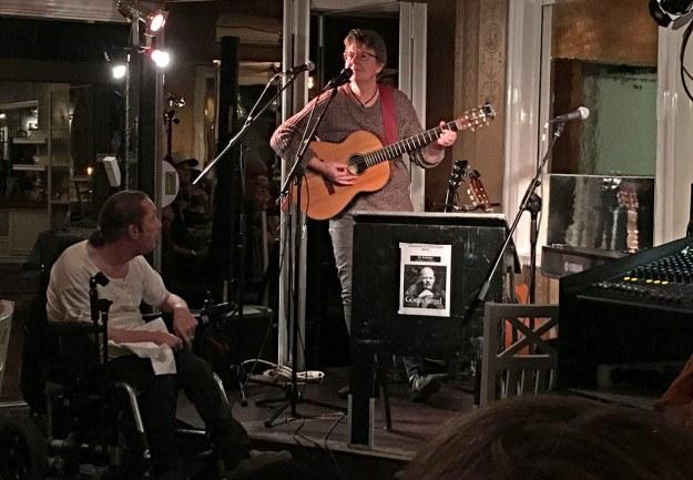 Kjellsson med gitarren efter prisutdelningen