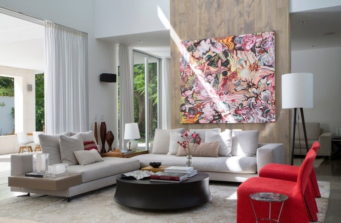 Pé direito alto, arte e muito espaço aberto: confira esta casa de 705 m²