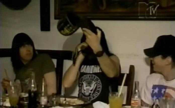 Em 1992, Ramones aplaudia banda sertaneja e tocava berrante no Brasil