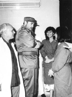 El Presidente de los Consejos de Estado y de Ministros, Comandante en Jefe Fidel Castro Ruz participa en la inauguración de un Combinado de Equipos Médicos y el Banco de Sangre Provincial de Ciudad de La Habana. Marianao, 28 de octubre de 1988.