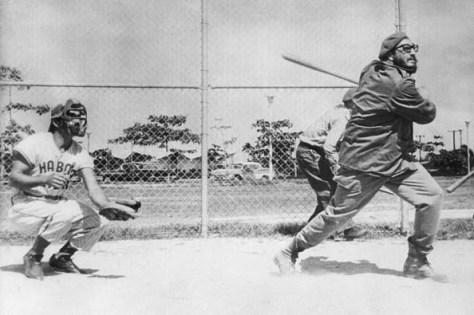 Fidel Castro asiste a los entrenamientos del equipo Habana y practica junto a los peloteros. 10 de marzo de 1961
