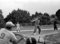 Fidel Castro visita el Instituto Cuqui Bosh, donde efectúa un juego de béisbol entre los equipos del Ejército Rebelde y el del Minint. el juego es ganado por los primeros con marcador 14-6. Fidel pitchea por el equipo del Ejército Rebelde. Santiago de Cuba, 30 de julio de 1964