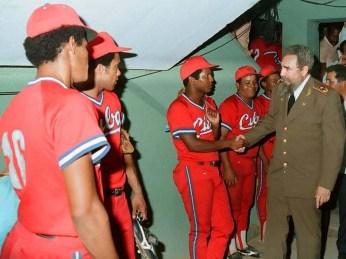 Fidel Castro asiste al segundo juego de béisbol del tope Cuba-Estados Unidos. al terminar el juego saluda a los jugadores cubanos. Estadio Latinoamericano, Ciudad de la Habana, 17 de julio de 1987