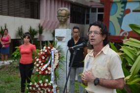 El profesor Armando Bruzón Calzadilla, miembro de la Sociedad Cultural José Martí y Presidente del Club Martiano Oscar Lucero Moya, habla en el homenaje al Maestro por el 122 aniversario de su caída en combate. UHO FOTO/Luis Ernesto Ruiz Martínez