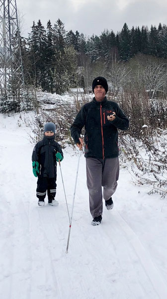 Daniel Kish teaches 4 year-old blind student Visioneer to navigate along a snowy path in Norway using FlashSonar echolocation and long Perception Canes.