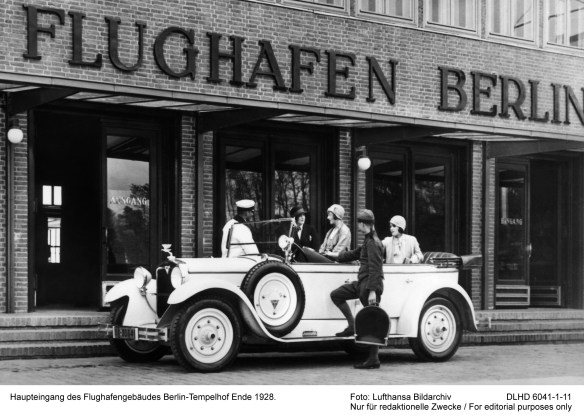 Haupteingang des Flughafengebaeudes Berlin-Tempelhof Ende 1928. Main entrance of the Berlin Tempelhof airport terminal at the end of 1928. Foto: LH-Bildarchiv 00.1928 DLHD 6041-1-11