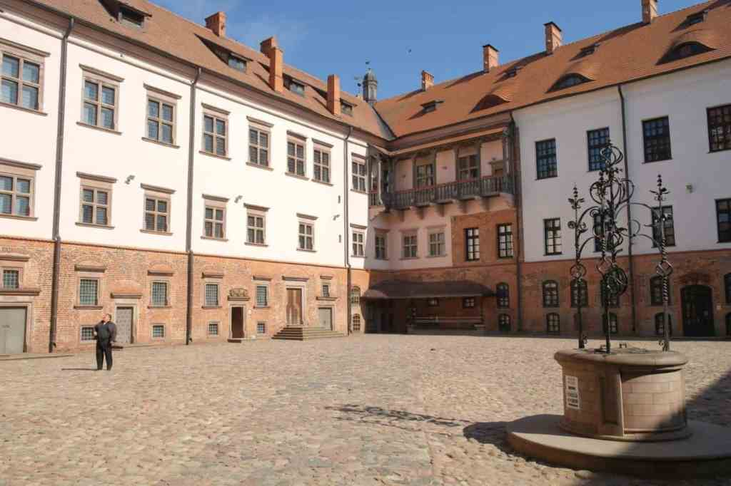 Mir castle yard