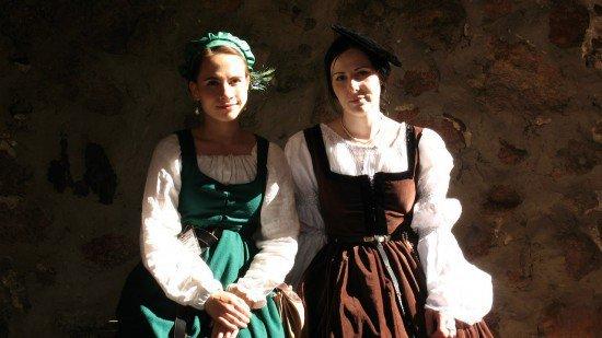 Девушки в национальной одежде в Лиде