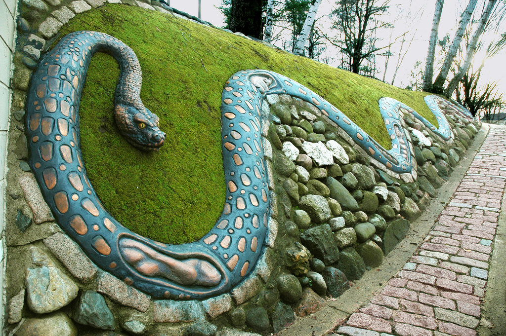 """Painted snake Photo by <a href=""""https://flic.kr/p/5k5CNU"""" target=""""_blank"""">Caponi Art Park/flickr</a>"""