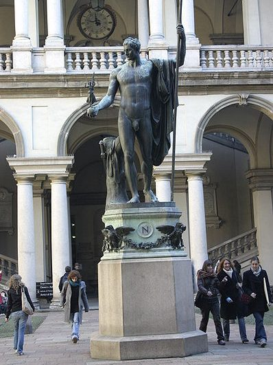 Un dios en el patio - estatua de Napoleón en Brera