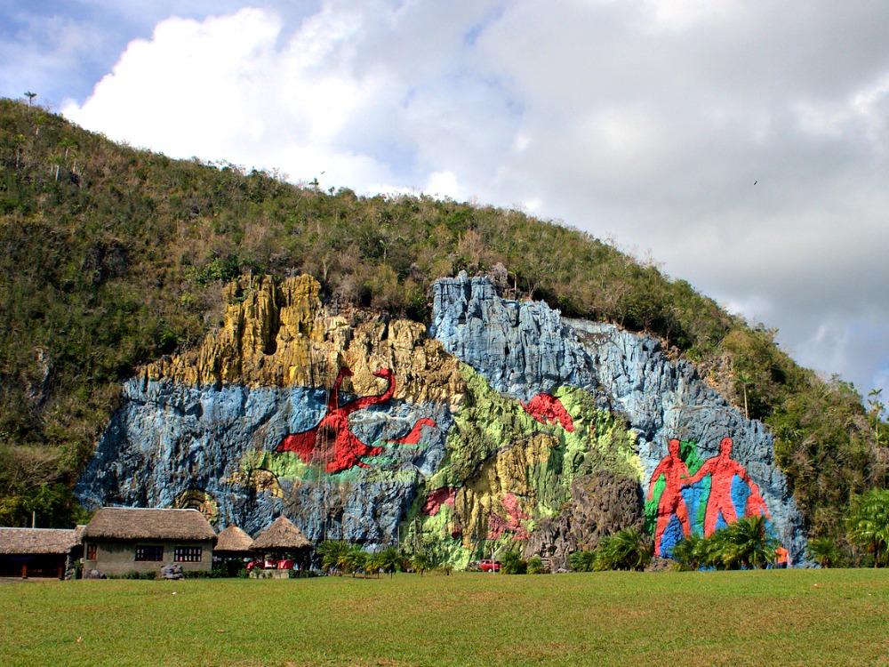 To the Mural de la Prehistoria by bike Viales Cuba