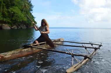 """Lucie de retour d'une expédition sur le canoë de Kunde (""""vakili"""" en Paaméen)"""