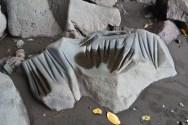 Une pierre ancestrale sur laquelle on voit les marques laissées par les premiers habitants de Paama qui utilisaient cette pierre pour aiguiser leurs outils.