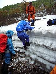 残雪の壁を上がる