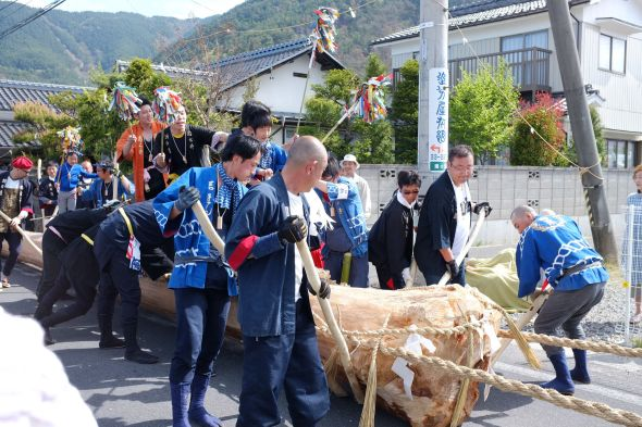 The Onbashira log departs the Yunohara neighborhood