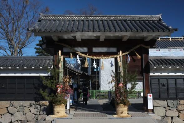 Matsumoto Castle's main gate adorned with a shimenawa and kadomatsu