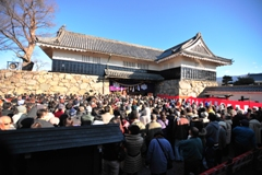 People awaiting the opening of the castle gates