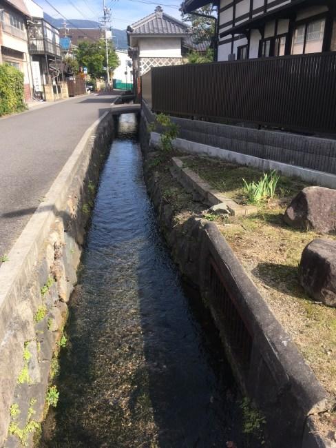 古民家の前の水路