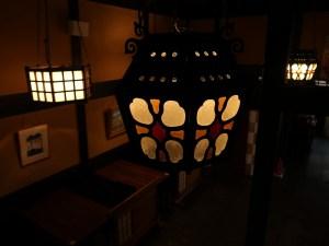 建物も調度品・照明も民芸ギャラリーのよう 「薬師平茜宿」
