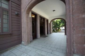石造風の車寄(ポーチ)に御影石の階段は各式を重んずる様式に使われる構成。楕円形のアーチを潜ると壁と天井が漆喰でシンプルに仕上げられています。その効果で玄関ドアがより重厚に感じます。