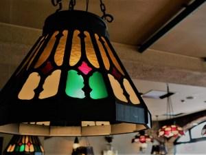 マエストロのランプシェードが美しく灯る 創業大正10年の老舗レストラン「タツミ亭」