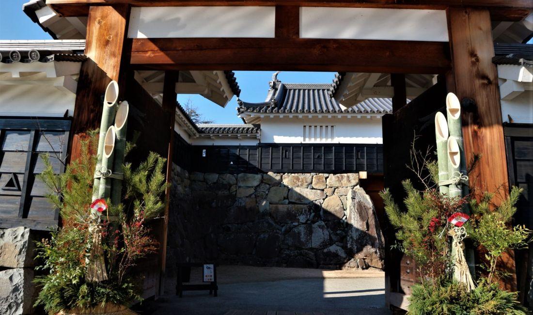 国宝松本城迎春準備と年末年始のご案内
