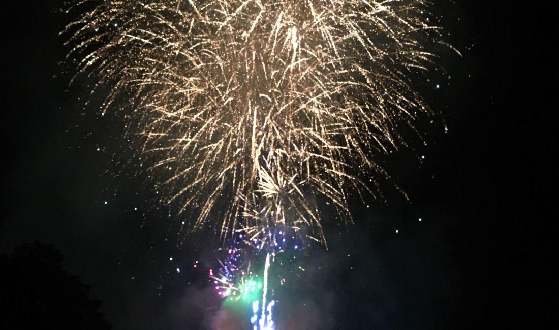 Feuerwerkfestival am Fluss