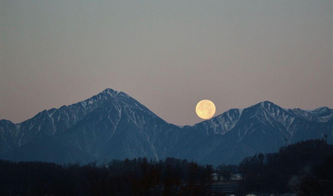 月が沈む師走の朝