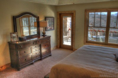 Bedroom-with-view-of-mountains
