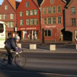 Syklist på bryggen i Bergen