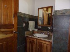 2BR cabina bathrooms