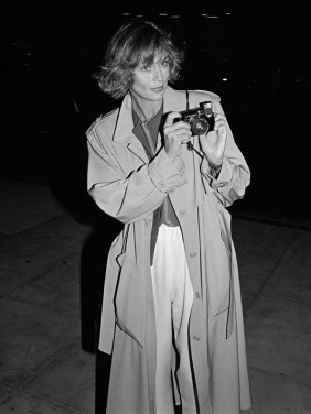 lauren_hutton_dans_les_rues_de_new_york_en_1983__912885309_north_883x