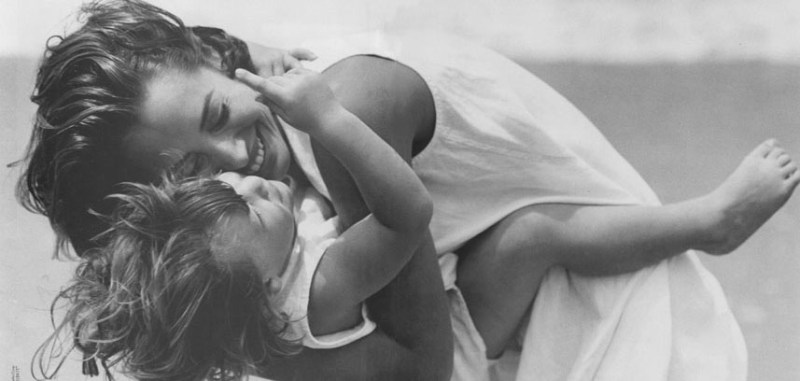 christy turlington with child in calvin klein ad