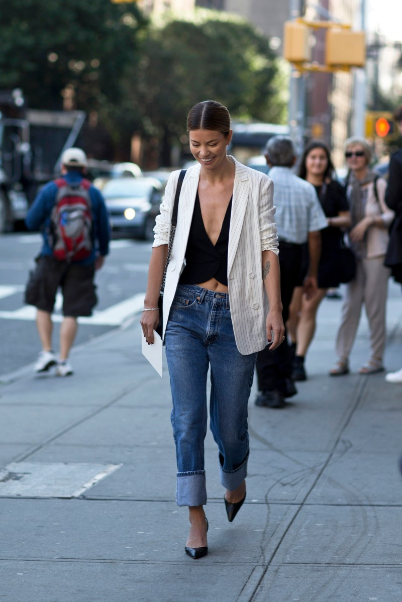 summer street style blogger wearing blazer with blue jeans