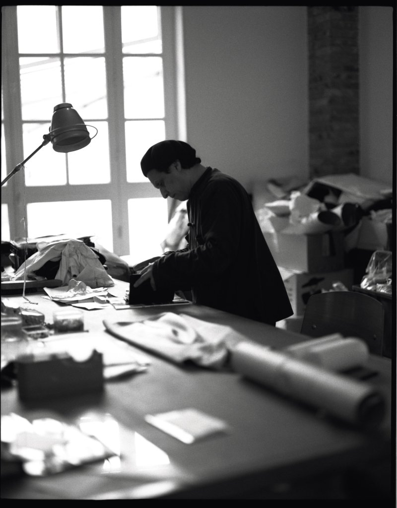 iconic photo of french designer Azzedine Alaïa in workroom