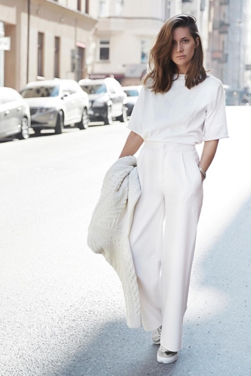 10 Perfect Ways to Wear a White T-shirt