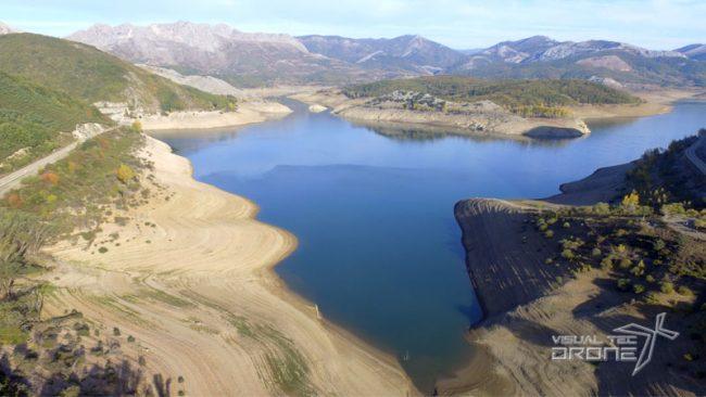 Medio ambiente revisión de pantanos con drones.