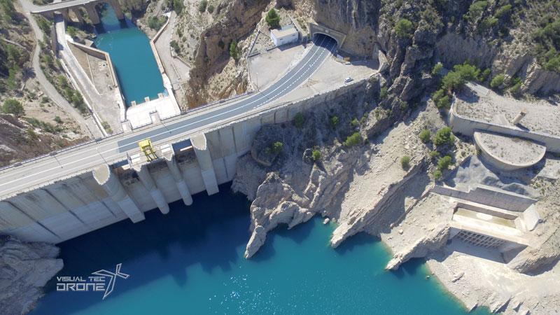 Obra civil, revisión de presas hidráulicas, caudal con drones.
