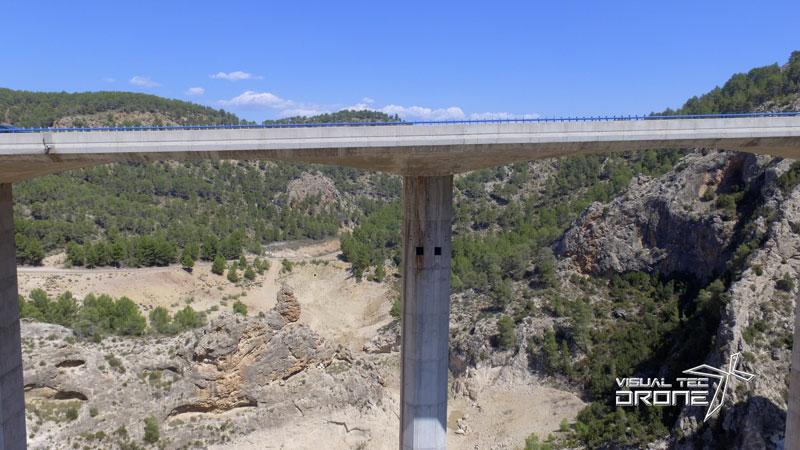 Revisión de los pilares de los puentes con drones.