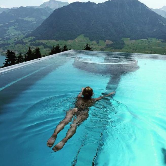 Elena Barolo nuda in piscina su Instagram la ex velina