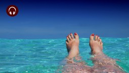 Summer health issues_Feet relaxing in water