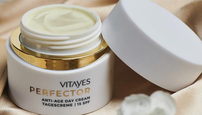 PERFECTOR crema giorno idratante e protettiva, dona idratazione per 24 ore, protezione solare 15, idratazione per pelli mature