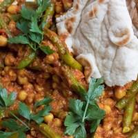 Ekspresowe curry z ciecierzycą i fasolką szparagową